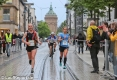 Die Duo-Marathon Wertung gewinnt das CSV Team Extreme (hier Mike Schwarz) in 2:36:52, hier bei an der Marathonweiche bei Kilometer 20 führt die Marathonstrecke geradeaus. Die führende Halbmarathonfrau Lena Wirth biegt gleich in Richtung Ziel ab